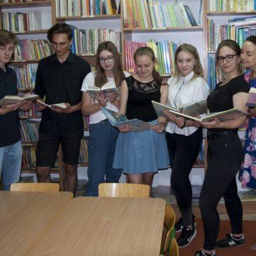 Wolontariusze czytają dzieciom